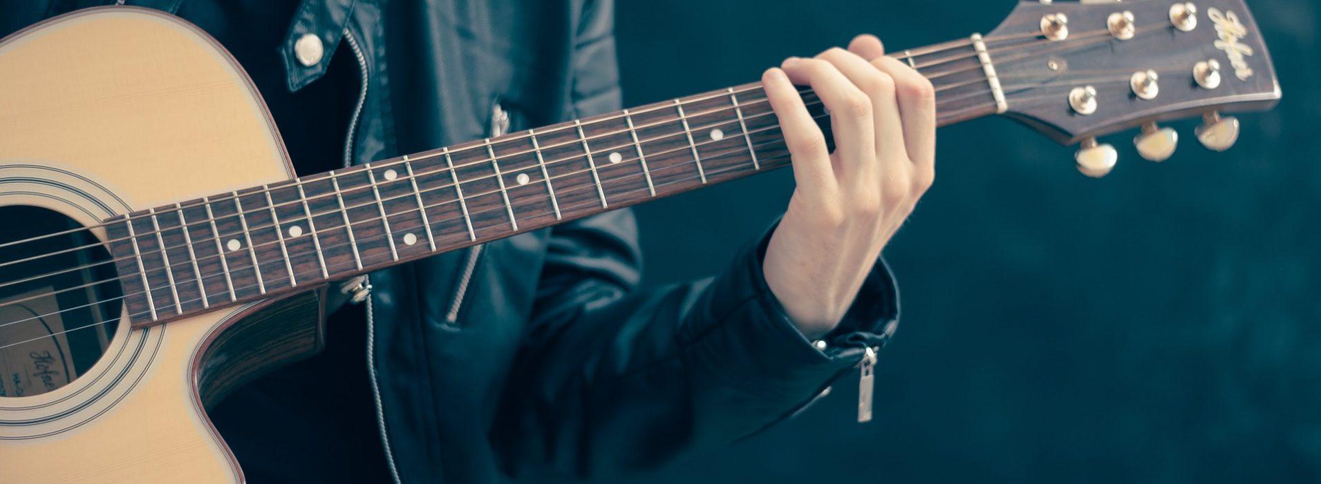 https://www.kholey.com/wp-content/uploads/2018/07/guitar-musician-hollywood-1911x701.jpg